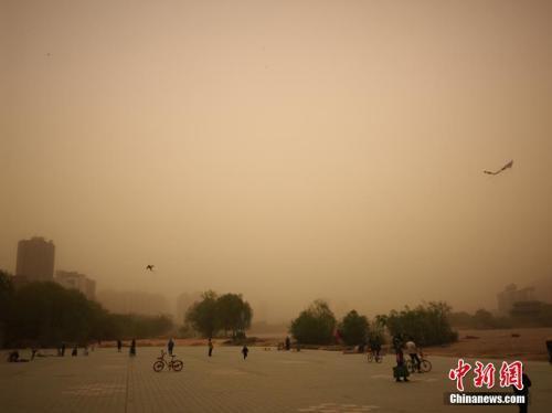 4月4日,大风沙尘天气席卷甘肃兰州,笼罩在一片漫天黄沙中。南如卓玛 摄