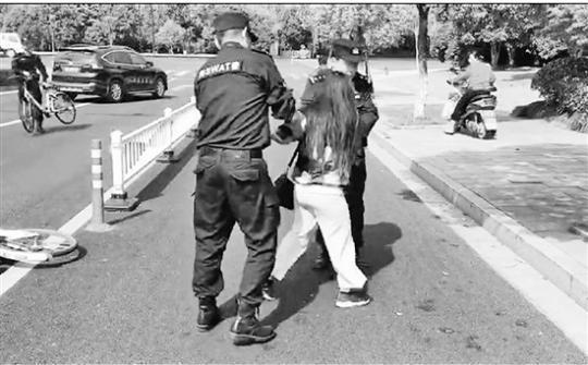 民警夺下刀后,将姑娘带回路边安全地带