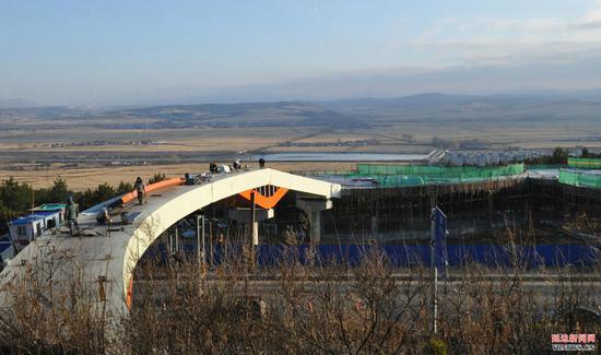 延龙公路人行桥 本月底完工