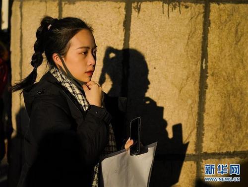 2月16日,考生准备进入北京电影学院参加艺考。当日,北京电影学院2019年招生考试工作正式开始,北京考点美术学院、表演学院等院系陆续开考,近9500人参加首日考试。 新华社记者沈伯韩摄