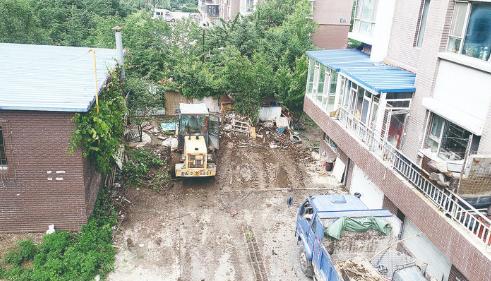 """小区里""""圈地""""搭建的鸡舍被拆除。 赵大林 摄"""