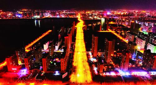 25日,全线贯通后的锦湖大路在夜幕下灿如星河,为市民出行带来更多便与快。 张扬 摄