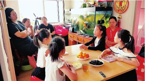 在长春二道区汉森金烁广场的一栋民居里,4个家庭自发聚在一起,举办家庭读书沙龙活动。记者李娜摄