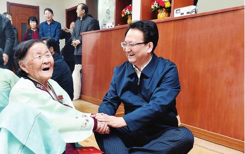 近日,省委副书记、省长景俊海来到延边州,走访看望生活困难群众和老党员,到驻吉部队慰问广大官兵。 本报记者 邹乃硕 摄