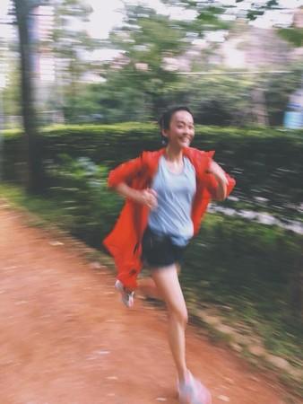 陈意涵挺孕肚跑步