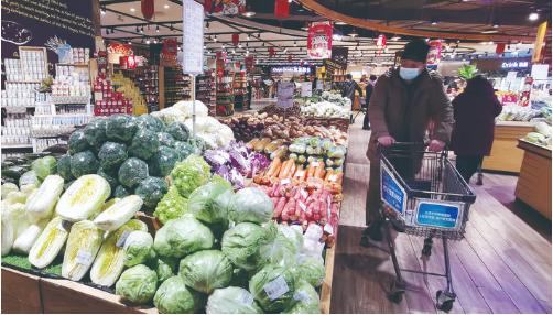 市民在欧亚新生活超市选购蔬菜。 石天蛟 摄
