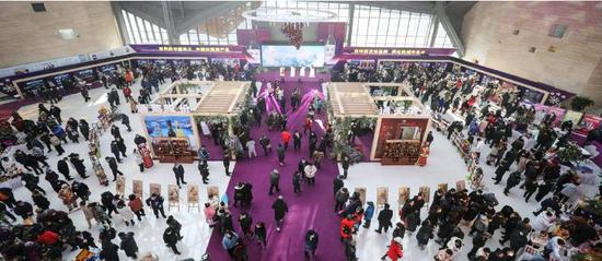 与会嘉宾和市民参观通化葡萄酒节暨旅游商品博览会。徐基砝摄