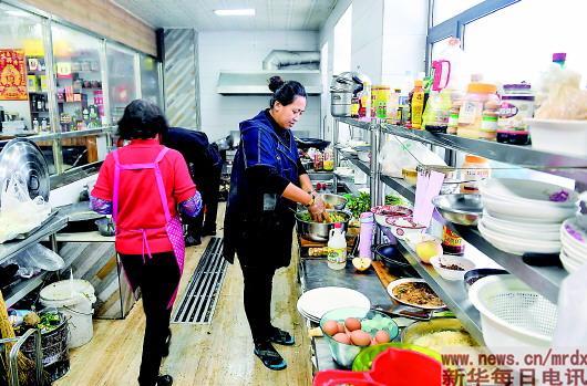 ▲孙琳琳在后厨为顾客准备饭菜(1月23日摄)。记者许畅摄