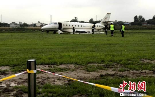 图为5月20日下午15时07分,一架公务机在扬州泰州机场冲出跑道。 崔佳明 摄