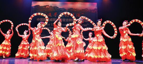 """当地时间4月11日,""""追寻美好生活""""中国脱贫成就巡展暨吉林文化旅游周活动在荷兰海牙市政厅举行。图为活动现场歌舞表演。 记者 丁研 摄"""