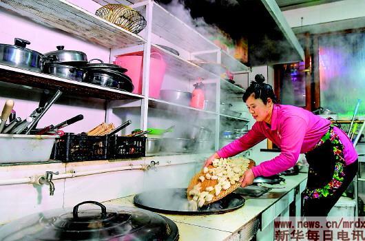 ▲吴庆荣在后厨为客人下饺子(1月25日摄)。记者许畅摄