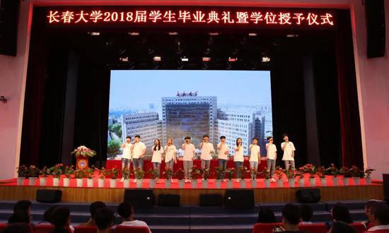 在毕业典礼开幕前音乐学院学生唱起送给毕业生的特制MV《不说再见》