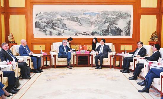 3月25日,吉林省委书记景俊海,吉林省委副书记、省长韩俊一起在长春会见丹麦驻华大使马磊一行。 记者 邹乃硕 摄