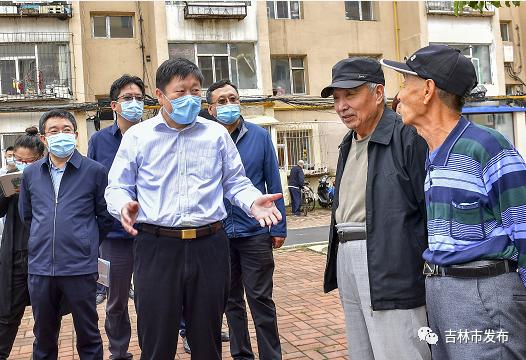 吉林市市长贺志亮(左三)在昌邑区民主街道工字楼小区检查创城工作开展情况时,与小区居民交谈。