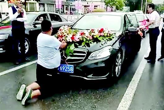 图为:小胖街头拦截婚车 视频截图