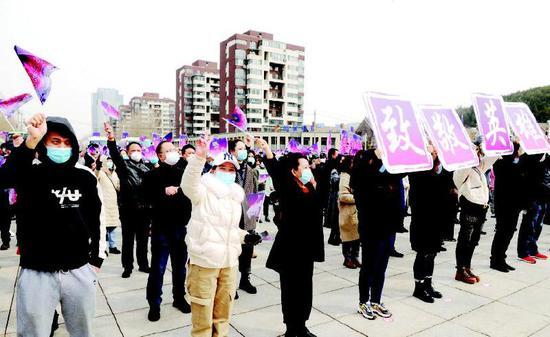 情动山城,各界群众向援通医疗队队员致敬。 记者袁昊 庄新岩摄