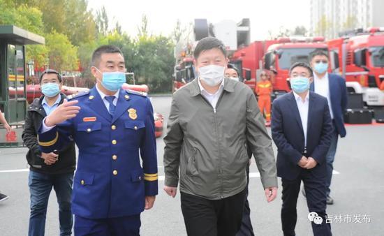 吉林市市长贺志亮(前右)在市消防救援支队查看应急装备器材和消防调度情况。