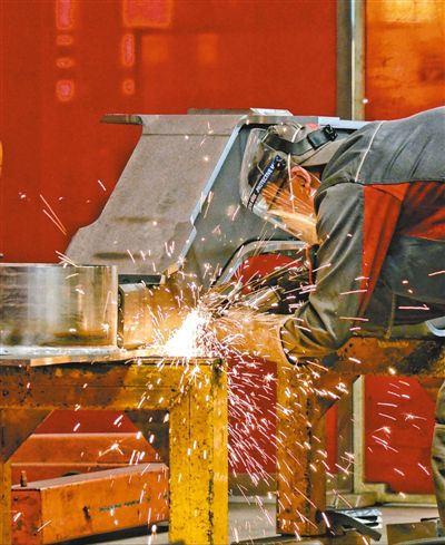 工人在中车长春轨道客车股份有限公司焊接车间专注地工作。人民网记者 李洋摄