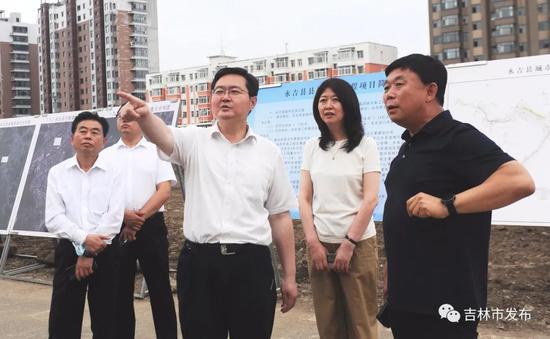 吉林市市长王路(中)在永吉县城防开山段,检查永吉县城防工程情况。