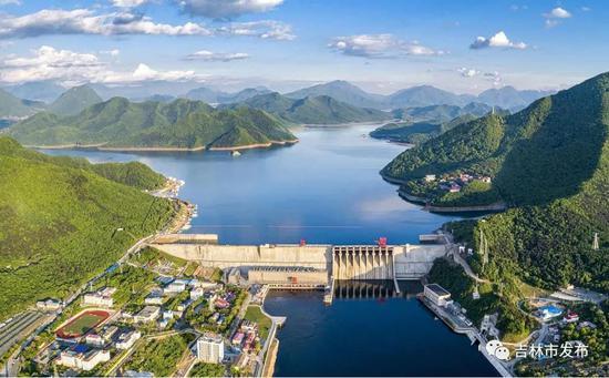 空中俯瞰丰满大坝全貌。