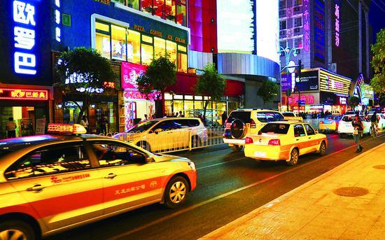 出租车随意停靠上落客极易造成交通拥堵甚至交通事故。贾春文 摄
