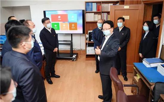 12月1日,吉林省委书记景俊海到省委宣传部机关走访调研,与一线工作人员亲切交流。邹乃硕/摄