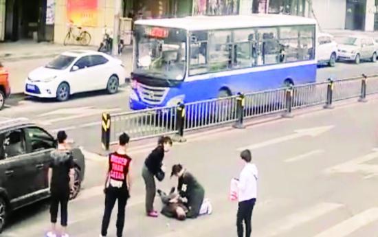 护士李莹马路施救一幕,被市民拍下并被网友转发。 (视频截图)