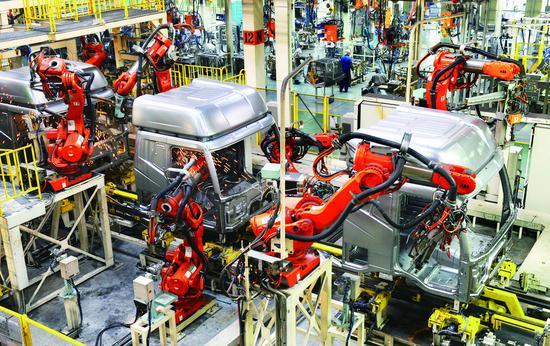 一汽解放公司焊接生产线,高科技机械手程序化焊接,提高了生产效率。 贾春文 摄
