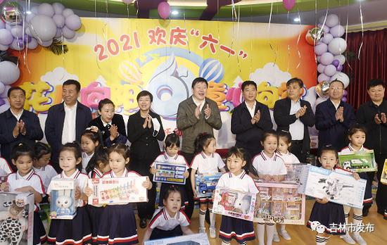 在吉林市妇联托幼中心,吉林市委书记贺志亮(中)等市领导与孩子们共庆节日