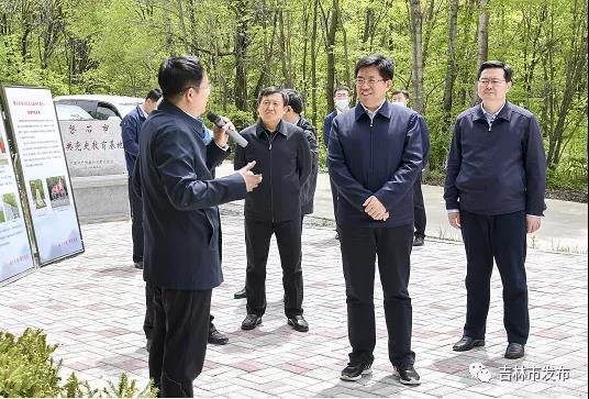 吉林省副省长阿东(右二)在吉林市市长王路(右一)的陪同下,在磐石市莲花山森林公园就红色旅游工作开展调研。