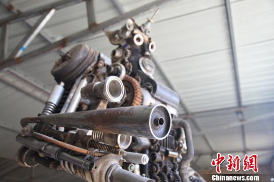图为王平制作的巨型机器人。 张林虎 摄