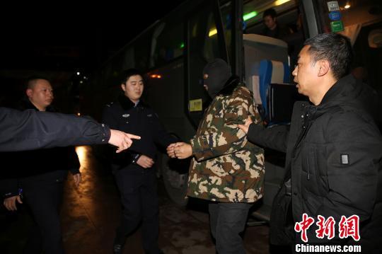 图为民警抓获犯罪嫌疑人。警方供图