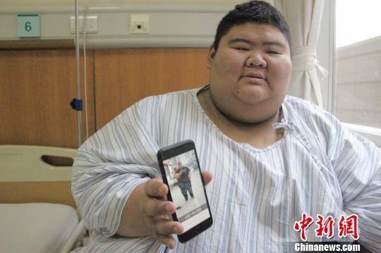 图为王浩楠向记者展示他在网络平台直播过的搞笑视频。 赵晓 摄