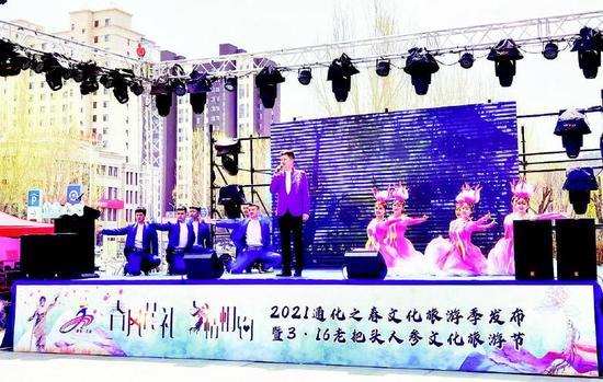 通化市歌舞剧院的演员们奉上了以人参为主题的歌舞表演。记者刘佳旭摄