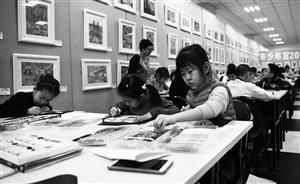美术课上,学生们绘画心中最美的图案。 孙建一 摄