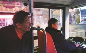 常年坐洛师傅夜车的乘客和洛师傅聊着家常。