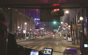 车辆行驶到重庆路时,自动报站器发出声音:前方行驶繁华路段,请站稳扶好。