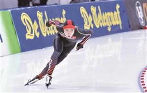 3日, 2017/2018国际滑联世界速度滑冰短距离锦标赛展开首日争夺。图为中国小将高亭宇在男子500米比赛中。 苑激刚 摄
