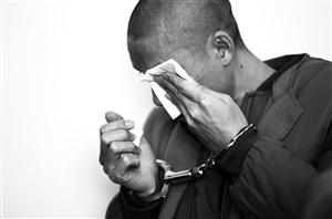 犯罪嫌疑人流下悔恨的泪水。 孙建一 摄