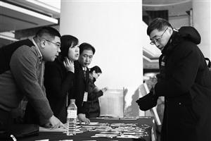 1月9日下午,参加市政协十三届二次会议的政协委员们陆续来到会议驻地宾馆,向大会报到。 石天蛟 摄