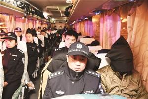 押解犯罪嫌疑人回来的大巴车。 孙建一摄