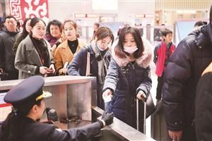 12日,长春站旅客排队验票进站。 张扬 摄