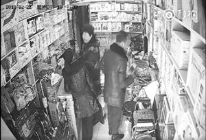 男子拿走手机瞬间被监控拍下。