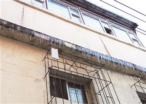 调皮的小雪又给房檐挂上了一排冰溜。 石天蛟 摄