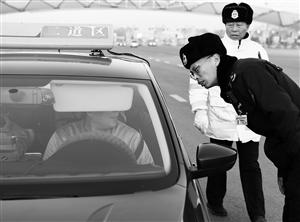 执法人员在检查出租车。孙建一 摄