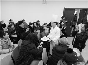 厨师为社区居民讲解菜肴的制作方法。刘连宇 摄