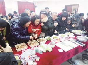 社区居民争先品尝两位厨师制作的菜肴。刘连宇 摄