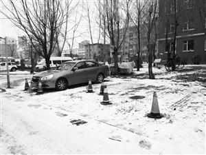 小区内部分停车位被放置了交通隔离路锥。 李子涵 摄