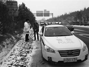 交警发现一名外国人在高速公路上行走。 海涛 摄