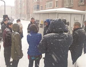 12345市长公开电话办公室工作人员冒雪办公。 海涛 摄